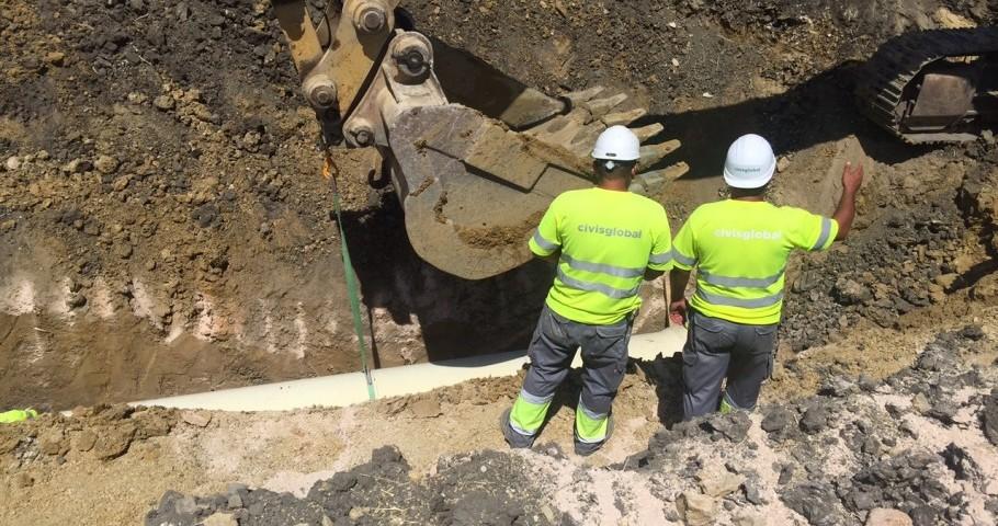 Trabajos de canalización, durante la construcción de las obras de abastecimiento de Écija.