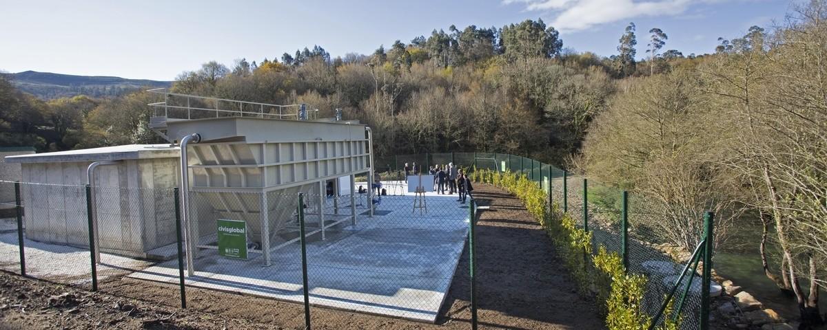 Aspecto de la zona de captación de agua junto al río Oitavén, que aparece a la derecha.