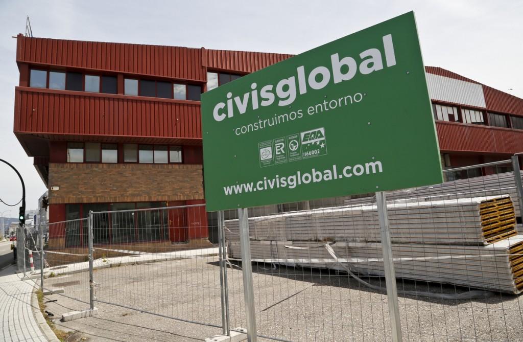Aspecto exterior das obras na nave incendiada que Civis Global reconstrúe para Frigalsa.