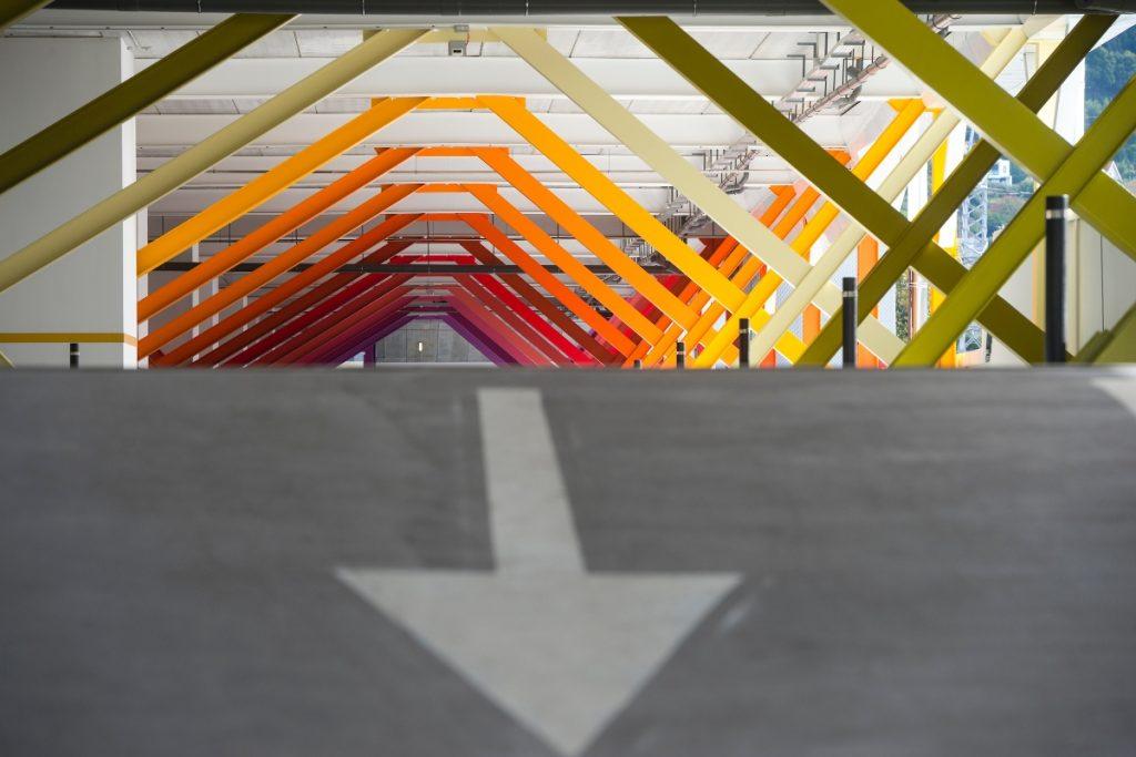 Nave multiusos Balaídos - detalle constructivo de las celosías que sostienen el forjado en la zona de aparcamiento.