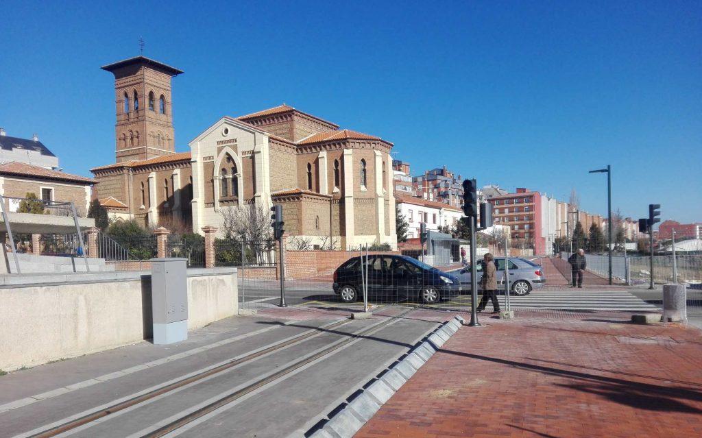 El nuevo trayecto para el tranvía urbano, a su paso junto a la Iglesia de las Ventas en la zona de San Mamés.