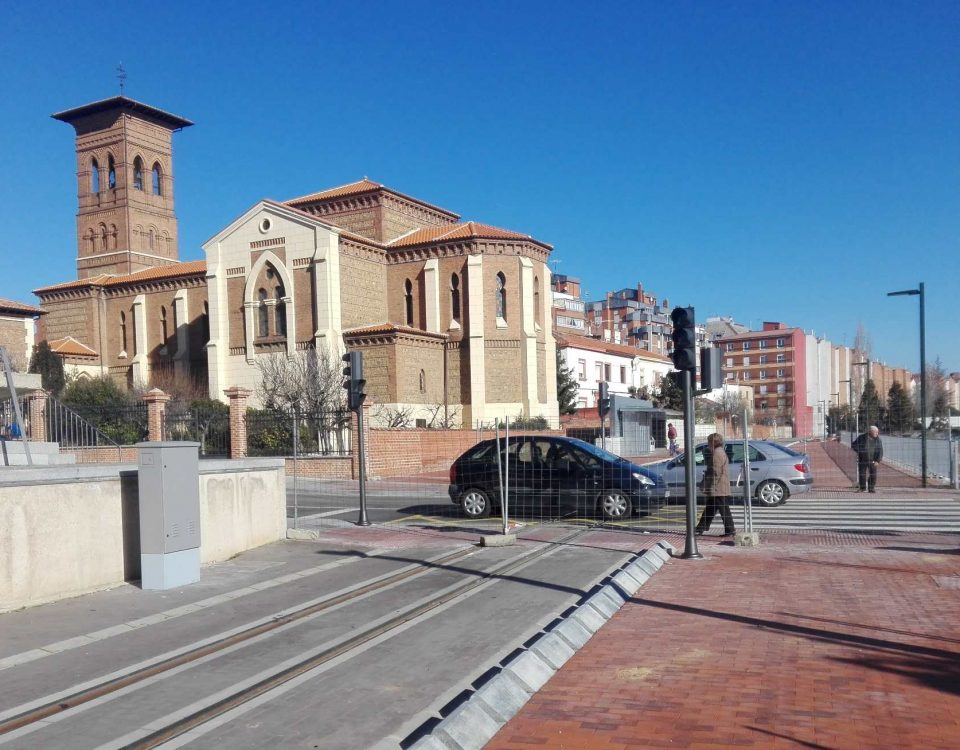O novo traxecto para o  tranvía urbano, ao seu  paso xunto á Igrexa das Ventas na zona de San Mamés.