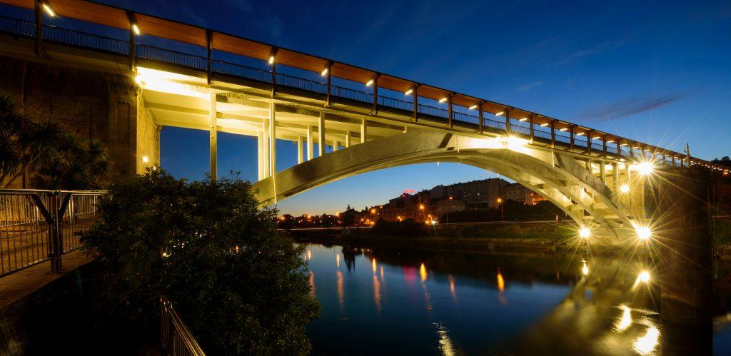 Vista nocturna actual del Puente de la Barca, que atraviesa el río Lérez y comunica Pontevedra con Poio.