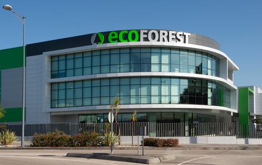 La nueva nave de Ecoforest destaca por su acabado, que combina el uso de fachada ventilada en composite con un muro cortina con ventanas.
